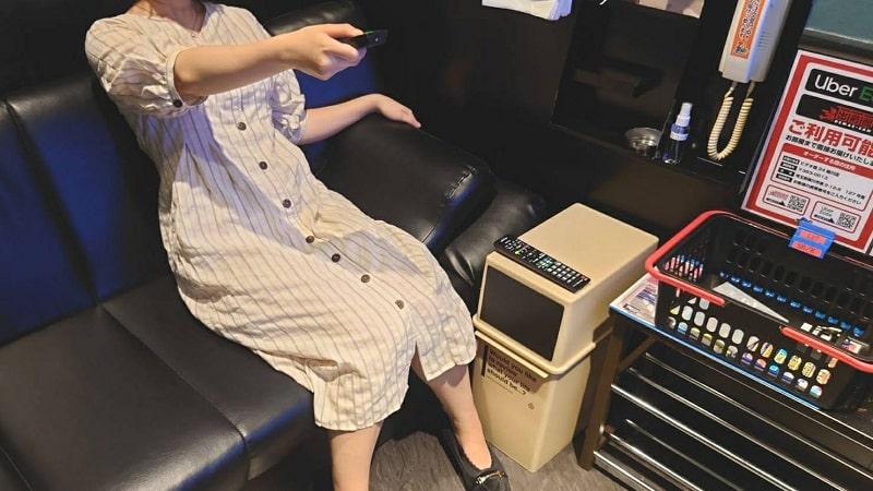 ビデオ館24のカラオケルームでAVを見るライター